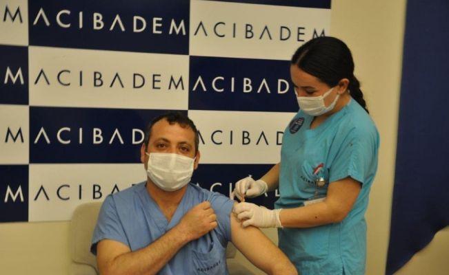 Aşı olan sağlıkçılar 'Covid-19'a karşı bende aşı oldum' sticker taktı