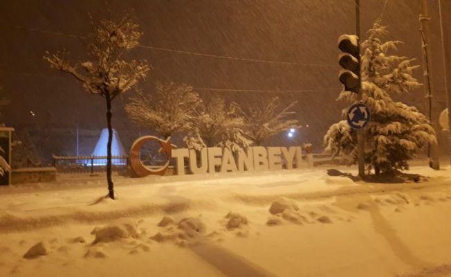 Tufanbeyli'de belediye ekiplerinin yoğun kar mesaisi