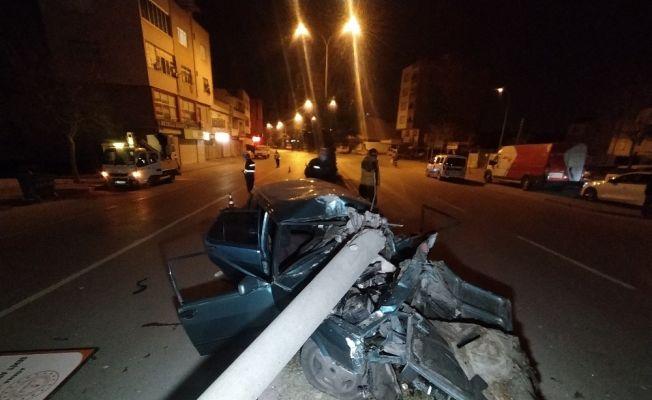 Elektrik direğine çarpan otomobil hurdaya döndü: 1 ağır yaralı