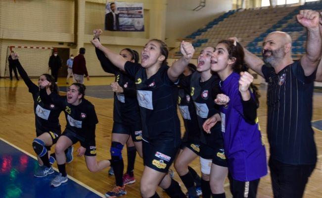 Altın kızlarda galibiyet sevinci