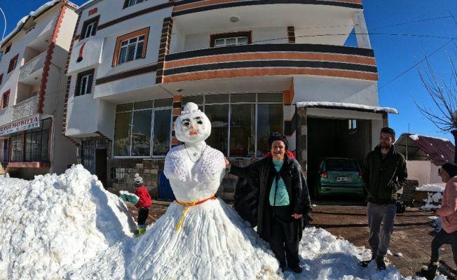 Evlendiremediği oğluna kardan gelin yaptı