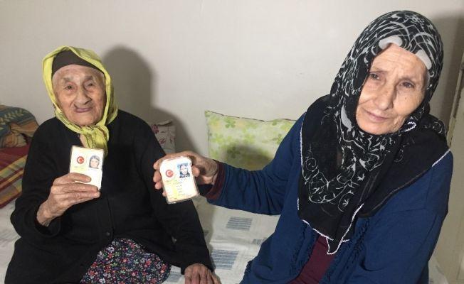 105'lik Münevver Nine 71 yaşındaki kızıyla aşı oldu