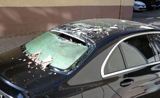 Adana'da fırtına... Sıva parçaları lüks otomobilin üzerine düştü