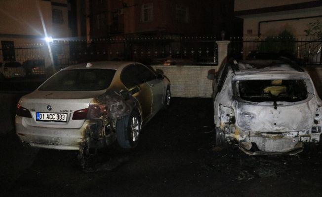 Adana'da park halindeki 2 otomobil kundaklandı