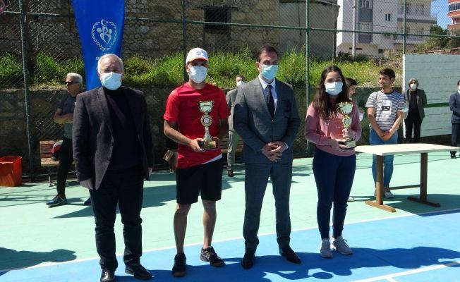 Kozan'da tenis turnuvasında kupalar sahiplerini buldu