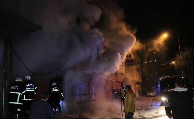 Sokağa çıkma kısıtlamasını hiçe sayıp marangoz atölyesindeki yangını izlediler