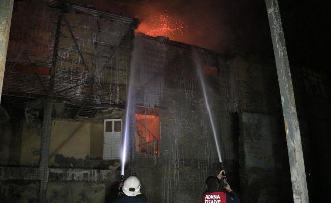 Tarihi evlerin yanındaki ahşap binada çıkan yangın korkuttu