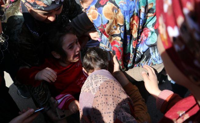 Yangından etkilenen çocuklarını teselli etti
