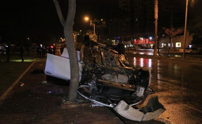 Otomobil ağaçlara çarpıp takla attı: 4 yaralı