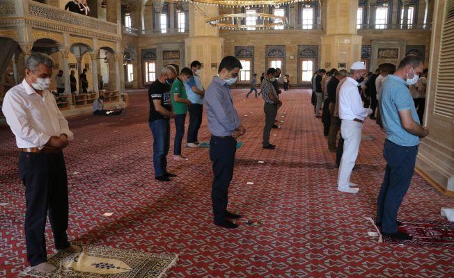 Adana'da tam kapanmada ilk cuma namazı