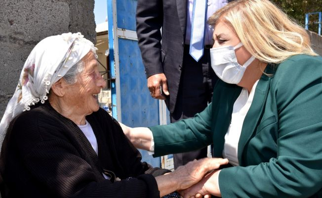 Başkan Ana Ramazan'ın ilk günü koli dağıttı