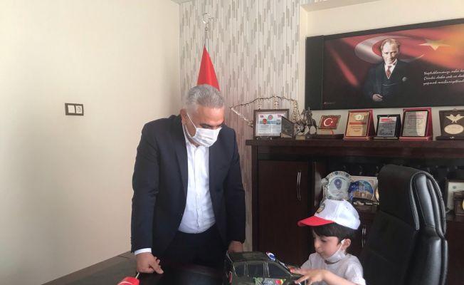 Başkan İkidağ, koltuğunu otizmli Mahmut'a teslim etti