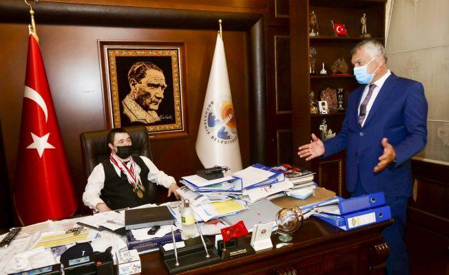 Büyükşehir'de başkanlık koltuğuna özel gereksinimli Onur oturdu