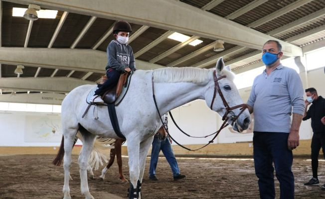 Otizmli çocuklar atla terapiyle eğlendi