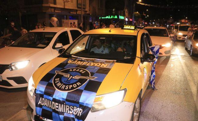 Adana Demirsporlu taraftalar şampiyonluğu kutluyor