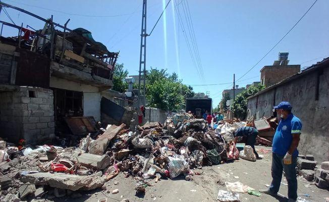 Bir evden 6 kamyon çöp çıkarıldı