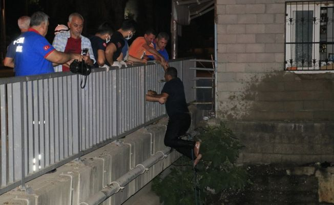 Adana'da kontrolden çıkan tır dereye düştü: 1 yaralı