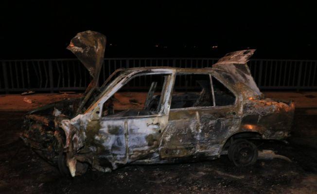 Adana'da köprü korkuluklarına çarpan otomobil alev alev yandı: 2 yaralı