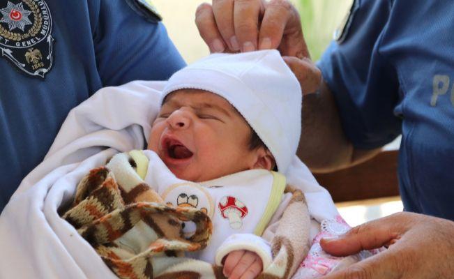 Kaldırıma bırakılan bebeğe polis sahip çıktı