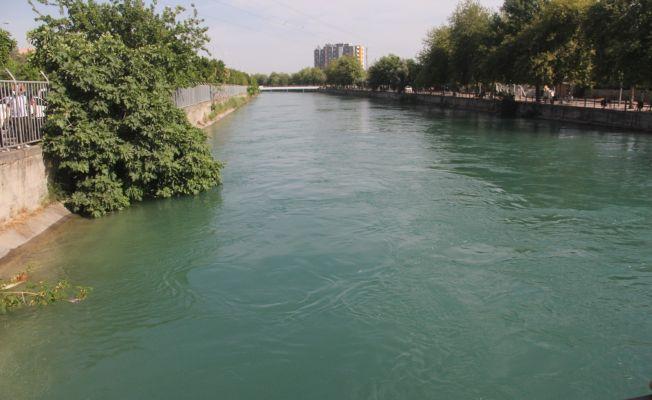 Eşi ve kardeşlerinin yanında kanala giren genç kayboldu