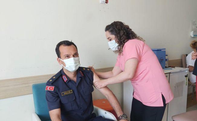 İlçe Jandarma Komutanının korona virüs aşısını hemşire eşi yaptı