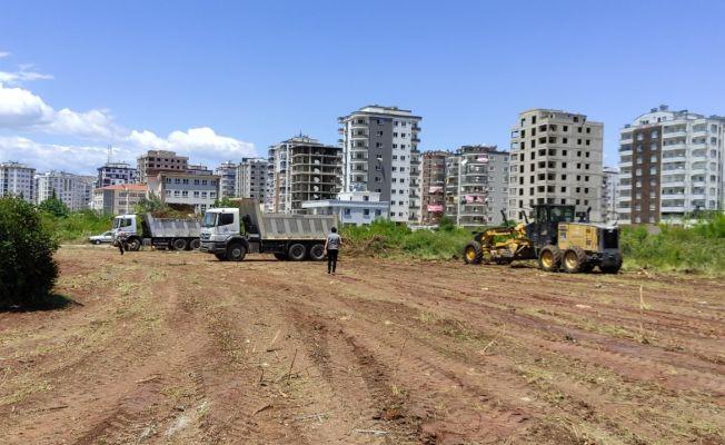 Kozan'da boş alanlarda temizlik çalışması