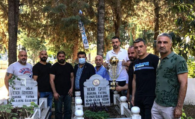 Şampiyonluk kupası Bekir Çınar'ın mezarına götürüldü