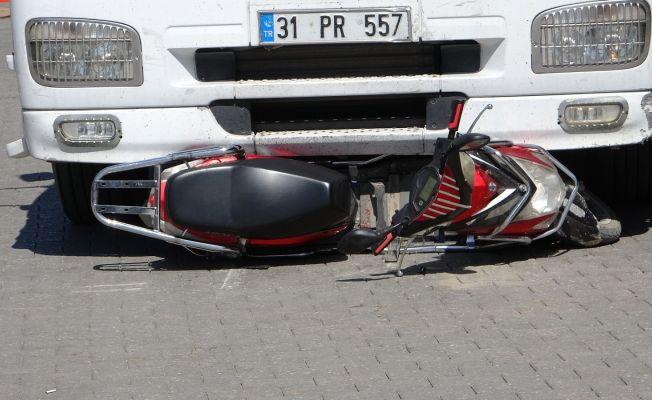 Tırın altında kalan elektrikli bisiklet sürücüsü hayatını kaybetti
