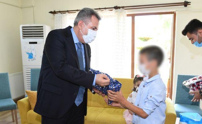 Vali Elban, bayramda şehit ve kimsesiz çocukların babası oldu