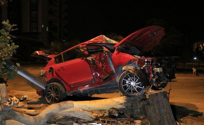 Adana'da otomobil refüjdeki ağaca çarptı: 2 yaralı