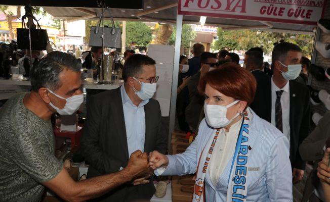 Akşener'in ziyareti sırasında görüşmek için kimler mücadele verdi