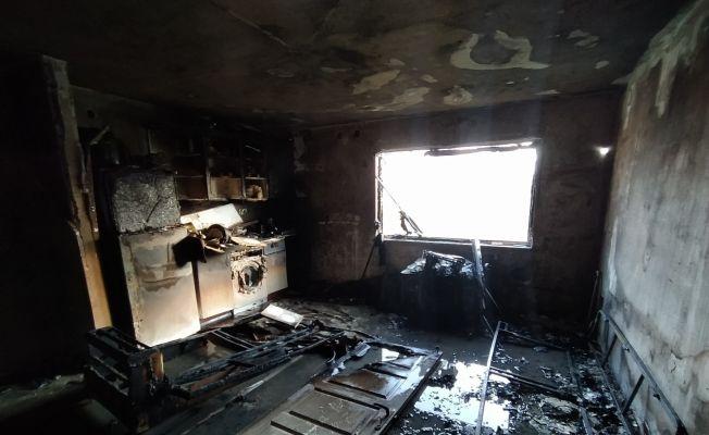 Apartman dairesinde yangın: 3 kişi dumandan etkilendi