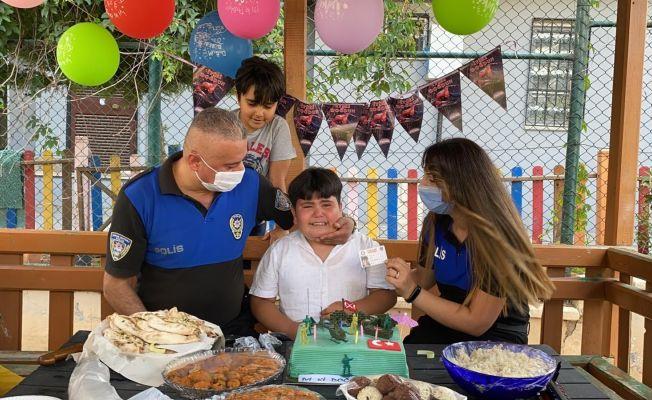 Doğum gününde babasının polis sürprizi çocuğu ağlattı