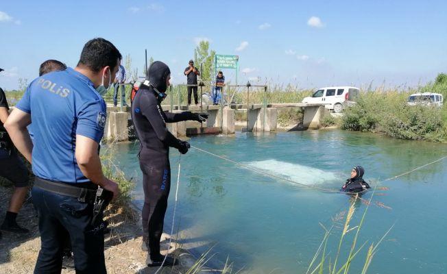 Sulama kanalındaki araç polisi alarma geçirdi