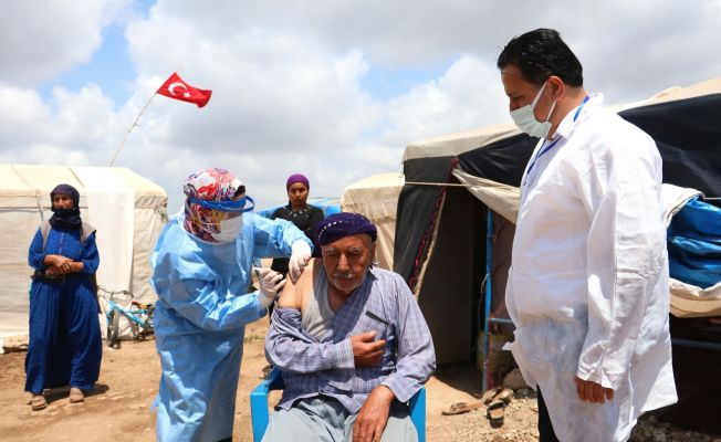 Tarım işçileri çadırlarda aşılanıyor