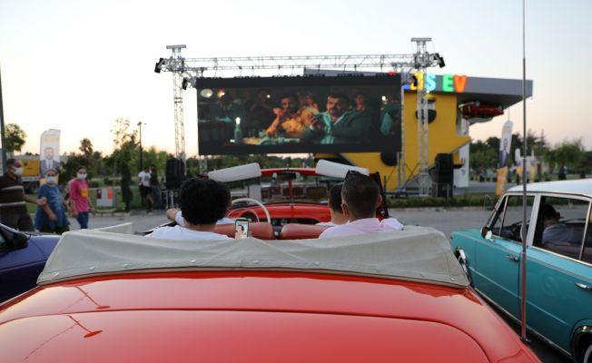 Adanalıların yeni eğlencesi arabada sinema keyfi