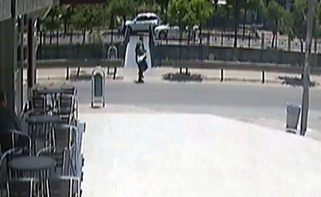 Çanta alıp kaçarken güvenlik kameralarına böyle yakalandı