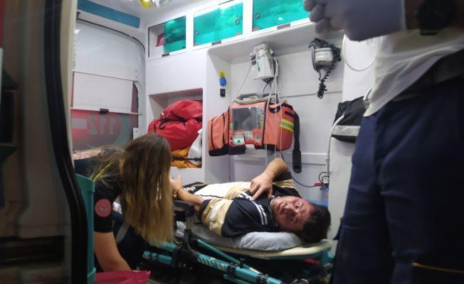 Taksici hasımlarından kaçarken motosiklete çarptı, arabadan indiği sırada bacağından vuruldu