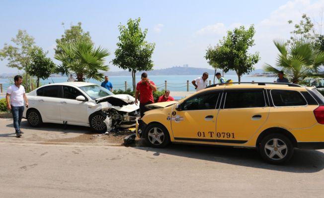 Taksiyle otomobil kafa kafaya çarpıştı