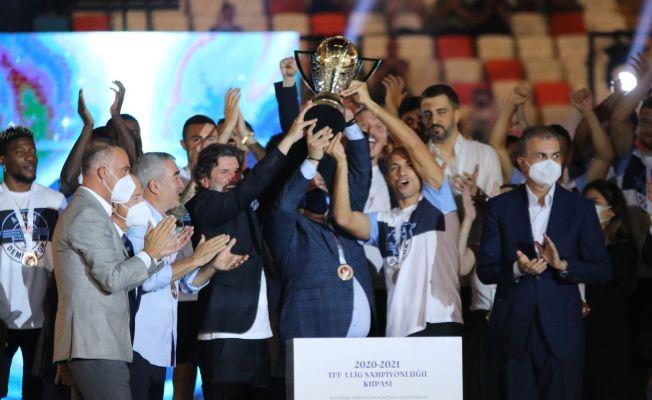 Adana Demirspor'un kupa töreni gerçekleştirdi