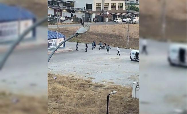 9 kişinin bıçaklı ve sopalı kavgası kameralara yansıdı