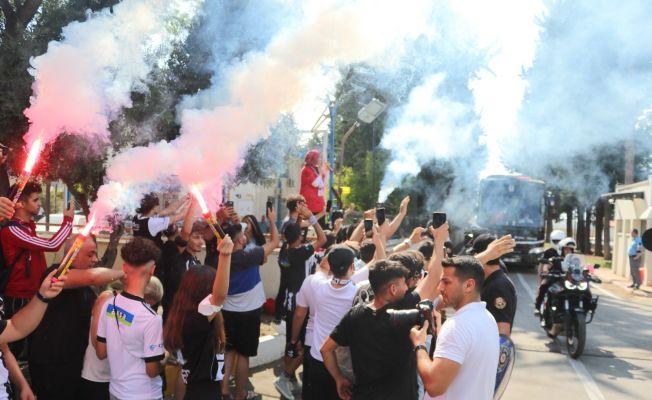 Beşiktaş'a Adana'da yoğun güvenlikli, coşkulu karşılama