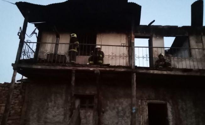 Evi yanan yaşlı kadının evine bakarak ağlaması yürekleri yaktı