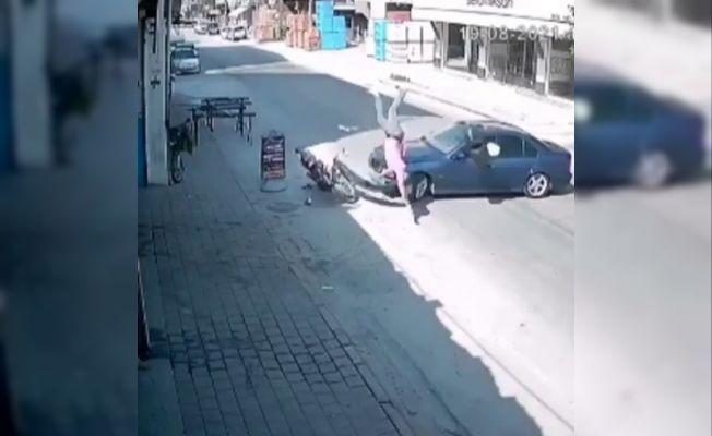 Motosiklet sürücüsü, hatalı dönen otomobile çarparak böyle savruldu