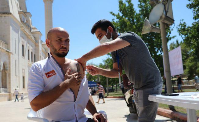 Adana'da camilere seyyar aşı stantları kuruldu